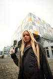 Junge Frau mit Sciencefictionpistole Lizenzfreie Stockfotos