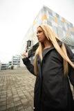 Junge Frau mit Sciencefictionpistole Lizenzfreies Stockfoto
