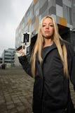 Junge Frau mit Sciencefictionpistole Stockfoto