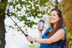 Junge Frau mit Smoothie selfie Stockfoto selbst draußen Stockfotos