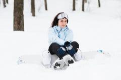 Junge Frau mit Snowboard lizenzfreies stockfoto