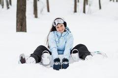 Junge Frau mit Snowboard stockfotografie