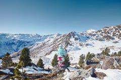 Junge Frau mit Snowboard Stockbilder