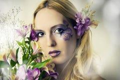 Junge Frau mit Sommerblumen Stockfotos