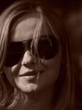 Junge Frau mit Sonnegläsern im Sepia Stockfotos