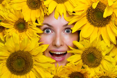 Junge Frau mit Sonnenblumen Stockfotos