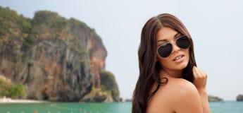 Junge Frau mit Sonnenbrille auf Strand Stockfotos