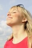 Junge Frau mit Sonnenbrillen Stockfoto