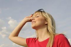 Junge Frau mit Sonnenbrillen Lizenzfreies Stockbild