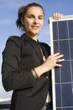 Junge Frau mit Sonnenkollektor Stockbild