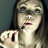 Junge Frau mit Spinne in einem Mund Stockfotografie