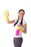 Junge Frau mit Sprayflasche und -schwamm. Stockfoto