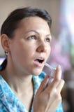 Junge Frau mit Inhalator in der Hand Lizenzfreie Stockfotografie