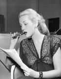 Junge Frau mit Stift im Mund, einen Brief lesend (alle dargestellten Personen sind nicht längeres lebendes und kein Zustand exist Stockfotos