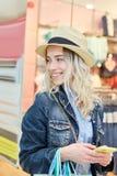 Junge Frau mit Strohhut und Smartphone Stockfotos