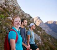 Junge Frau mit Studentenfreunden auf einer Naturlehrpfadwanderung lizenzfreies stockfoto