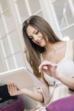 Junge Frau mit Tablette Stockfotografie