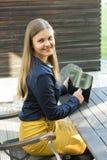Junge Frau mit Tablette-PC lizenzfreies stockbild