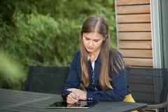 Junge Frau mit Tablette-PC lizenzfreie stockbilder