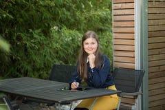 Junge Frau mit Tablette-PC stockfotografie
