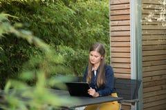 Junge Frau mit Tablette-PC lizenzfreie stockfotos