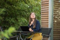 Junge Frau mit Tablette-PC stockfoto