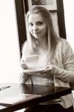 Junge Frau mit Tasse Kaffee Lizenzfreies Stockfoto