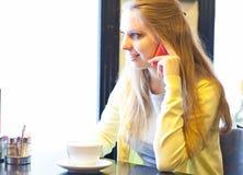 Junge Frau mit Tasse Kaffee Lizenzfreie Stockfotografie