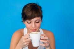 Junge Frau mit Tasse Kaffee oder Tee Stockbilder