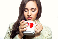 Junge Frau mit Tasse Tee stockfotos