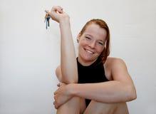 Junge Frau mit Tasten Stockfoto