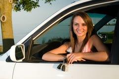 Junge Frau mit Tasten zum Automobil oder zum Auto lizenzfreies stockbild