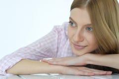 Junge Frau mit tiefen blauen Augen lizenzfreie stockfotos