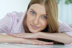 Junge Frau mit tiefen blauen Augen lizenzfreie stockbilder