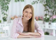 Junge Frau mit tiefen blauen Augen lizenzfreies stockbild