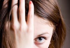 Junge Frau mit Tiefstand Stockfotos