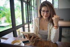 Junge Frau mit Touch Screen Tablet-Computer am Café lizenzfreie stockfotografie