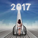 Junge Frau mit Treppe und Nr. 2017 Stockbild