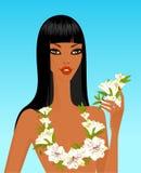 Junge Frau mit tropischen Blumen Lizenzfreie Stockfotografie