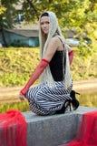 Junge Frau mit umsponnener Lagerung nahe dem Fluss Stockbilder