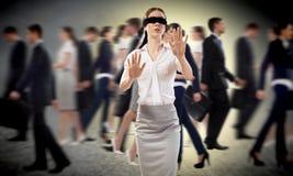 Junge Frau mit verbundenen Augen stockfoto