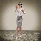 Junge Frau mit verbundenen Augen lizenzfreies stockfoto