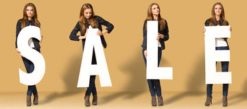 Junge Frau mit Verkaufsbuchstaben stockfoto
