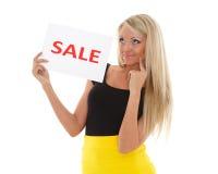 Junge Frau mit Verkaufszeichen. stockbilder