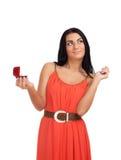Junge Frau mit Verlobungsring im Kasten Stockfoto