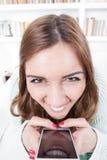 Junge Frau mit verrücktem Gesichtsausdruck lizenzfreie stockfotografie