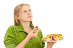 Junge Frau mit Vielzahl der Früchte und Stockfoto