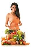Junge Frau mit Vielzahl der Lebensmittelgeschäftprodukte Stockbild
