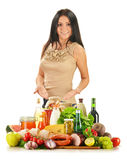 Junge Frau mit Vielzahl der Lebensmittelgeschäftprodukte Lizenzfreies Stockfoto