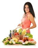 Junge Frau mit Vielzahl der Lebensmittelgeschäftprodukte Lizenzfreie Stockfotos